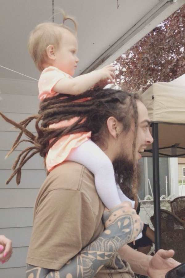 the-best-funny-pictures-of-father-secures-kid-with-hair